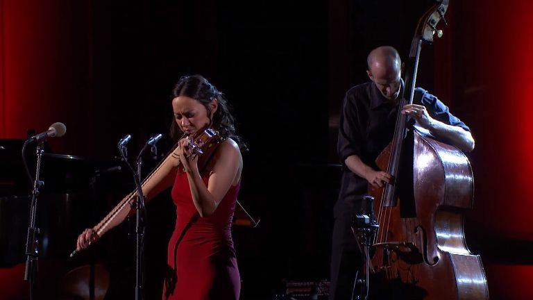 """عازفة الكمان لوسيا ميكاريلي تعزف وتغني """"time After Time"""""""